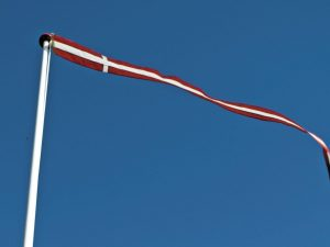 Dannebrogsvimpel-på-blå-himmel.jpg
